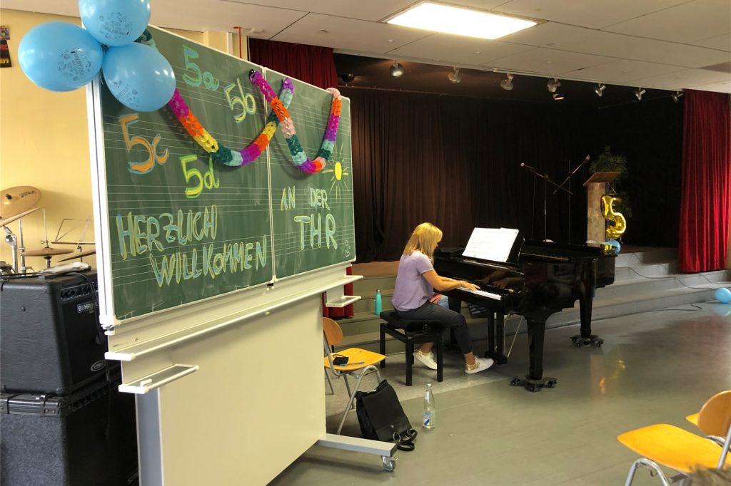 Musiklehrerin Sandra Tanovic spielte zur Einstimmung auf dem Klavier