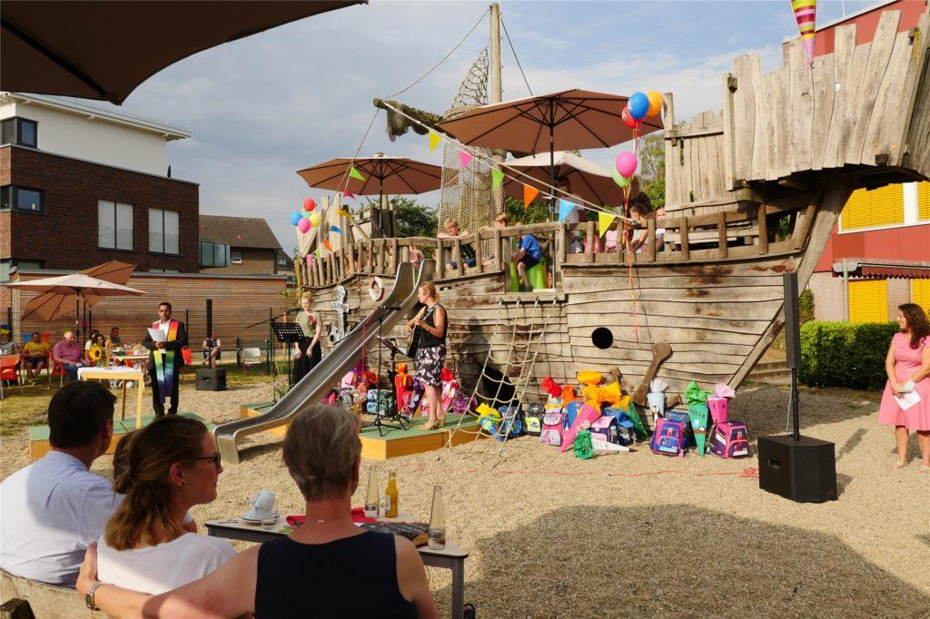 Die Begleiter durften an gedeckten Tischen im Innenhof Platz nehmen und die Kinder das Piratenschiff entern bei den Einschulungsfeiern an der Marienschule.