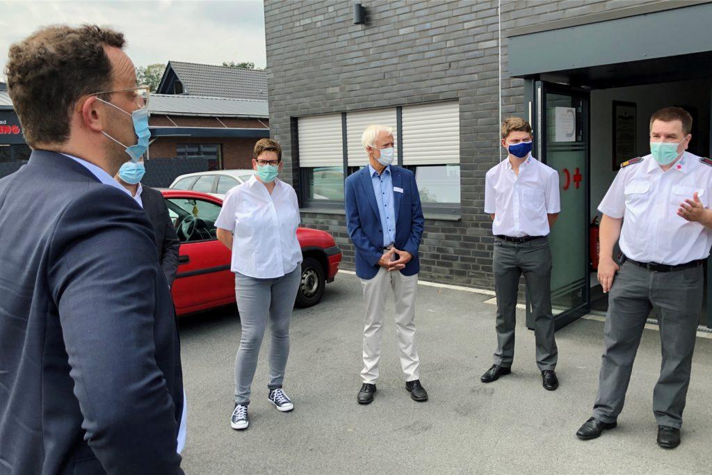 Der Gesundheitsminister im Gespräch mit den DRK-Helfern (von links): Jens Spahn, Juliane Rehkamp, der DRK-Kreisvorsitzende Aloys Eiting, Nils Trappmann und Jürgen Rave.