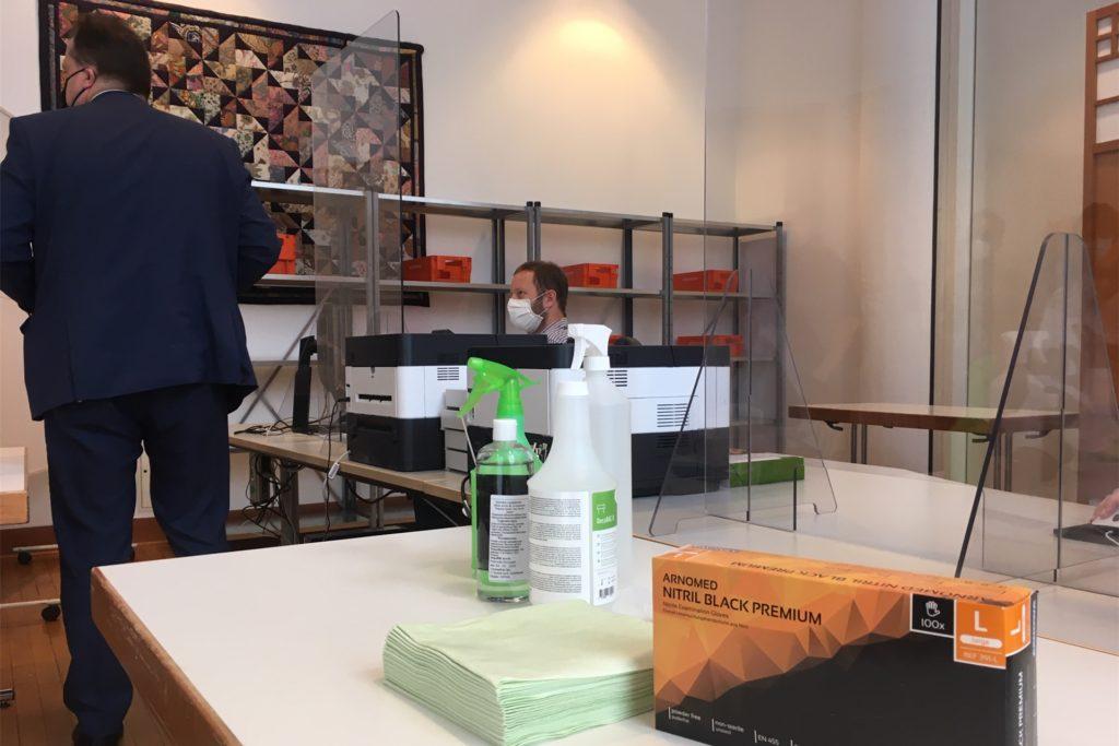 Von Plexiglas-Scheiben als Spuckschutz bis zu Desinfektionsmitteln ist für Coronaschutz in den Wahllokalen gesorgt.