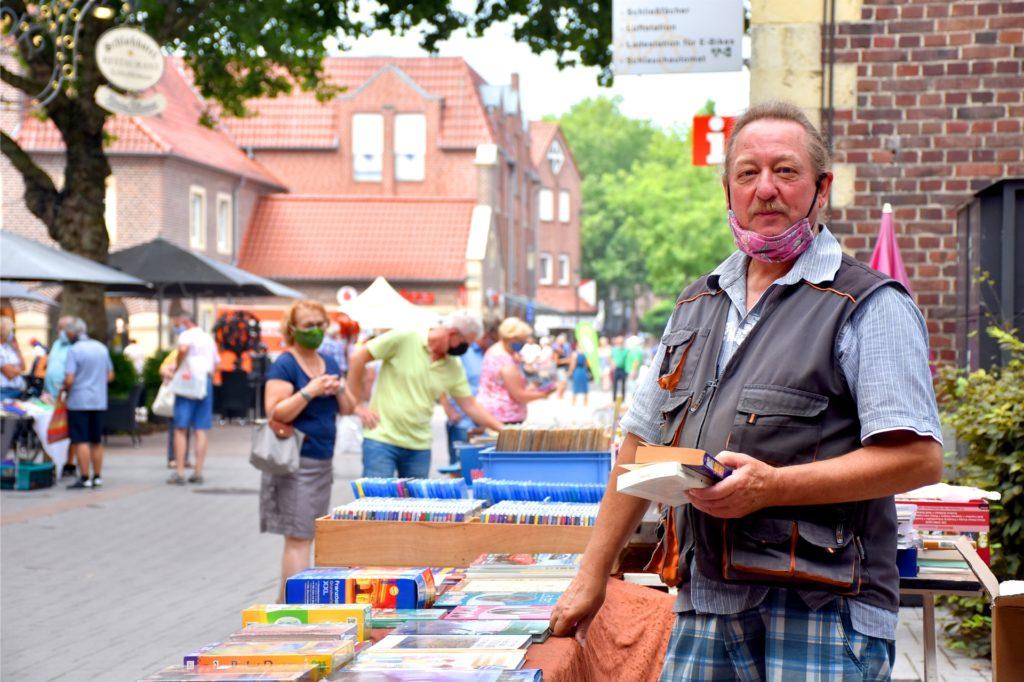 Michael Pieper (68) ist für den Büchermarkt extra aus Appelhülsen angereist. Normalerweise steht der Sammler pro Jahr auf über 25 Stadtfesten. Aber dieses Jahr ist eben alles etwas anders.