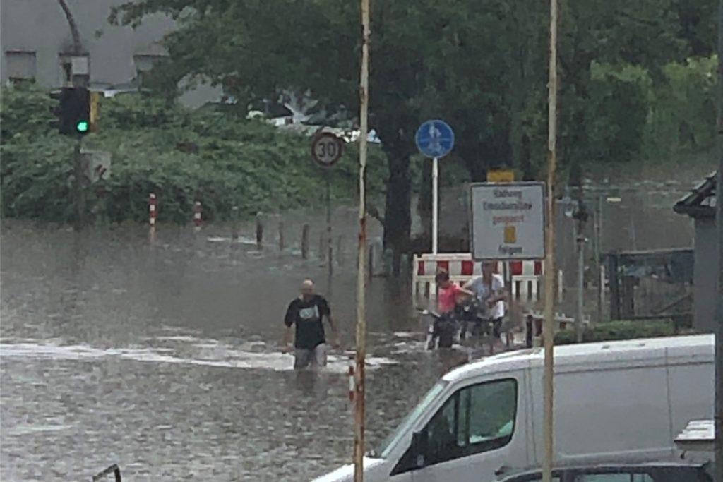 Viele Dortmunder sind offenbar von dem Unwetter überrascht worden. Innerhalb kurzer Zeit waren manche Straßen überschwemmt.