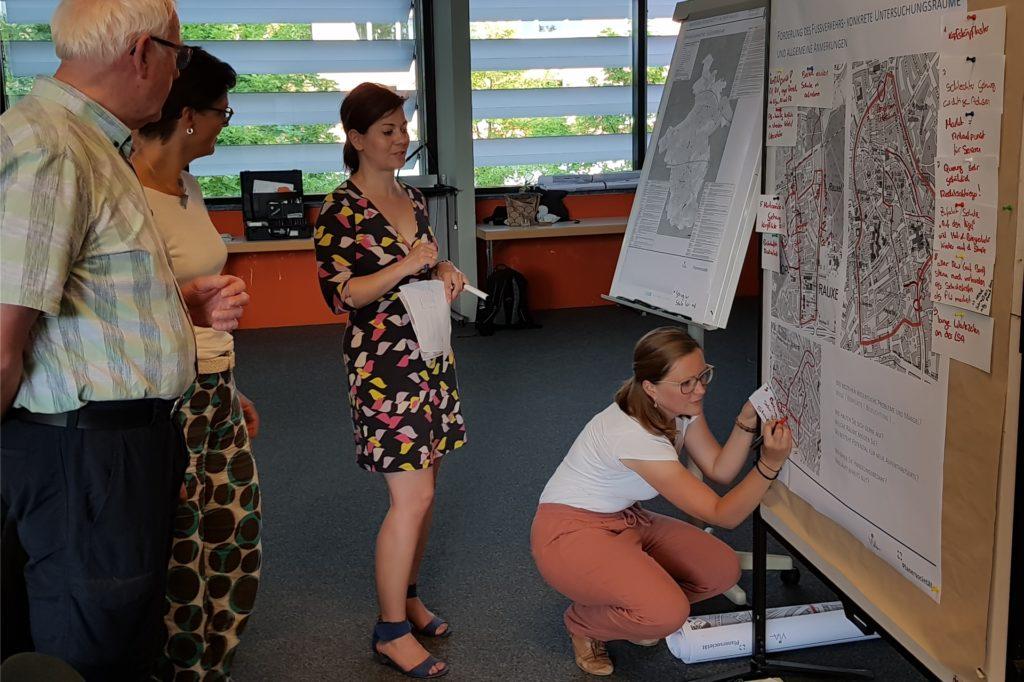 Caroline Huth vom Planungsbüro nahm im Rahmen der Bürgerwerkstatt Anregungen interessierter Bürger entgegen.