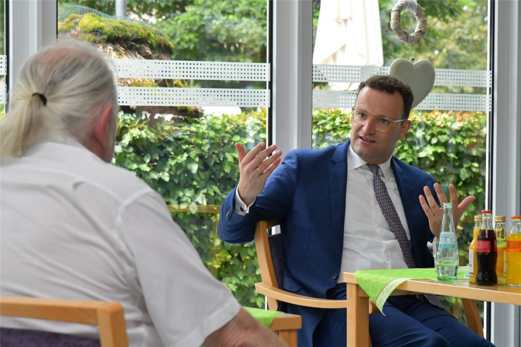 Bundesgesundheitsminister Jens Spahn besprach mit der Leitung, Mitarbeitern und Bewohnern des Stifts viele Fach-und Detailfragen.