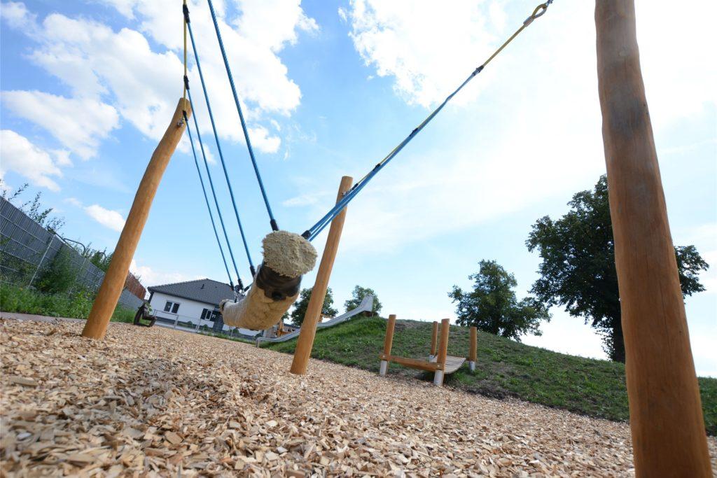 Der Spielplatz Ächterheide ist seit wenigen Tagen freigegeben. Statt wie sonst üblich Sand hat die Stadt hier Holz-Hackschnitzel eingebracht.