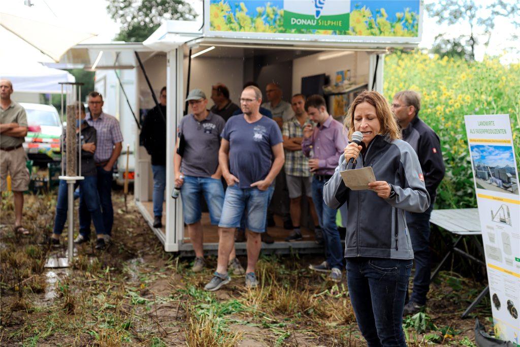Silphie-Produktmanagerin Alexandra Kipp hielt nach einem ordentlichen Regenschauer einen Vortrag über die besondere Staude.