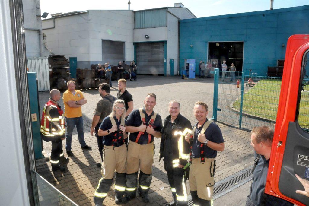 Der Brand ist gelöscht, die blaue Filteranlage ins Freie geschafft. Die Feuerwehrleute bereiten sich auf das Abrücken vor.