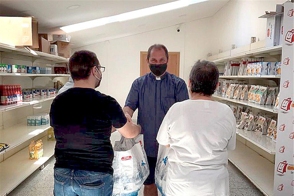 Pfarrer Don Antionio Carcanella (M.) hat zur Coronahilfe im sizilianischen Caltagirone einen kleinen Laden aufgebaut, den die Spende aus Schwerte unterstützt hat.