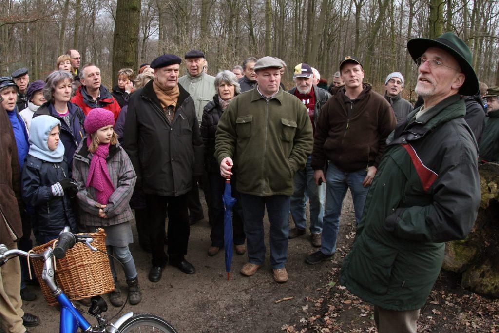 Die Besonderheiten des Dortmunder Waldes den Bürgern zu vermitteln, war Forstdirektor Erwin Fischer ein besonderes Anliegen – wie hier 2012 bei einer Waldführung durch Grävingholz und Süggel in Eving.