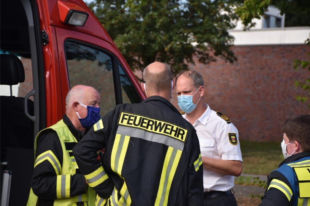 Einsatzleiter Andreas Becking (l.) im Gespräch mit Kreisbrandmeister Stefan van Bömmel (r.) und Christian Nienhaus, Leiter der Feuerwehr Vreden.