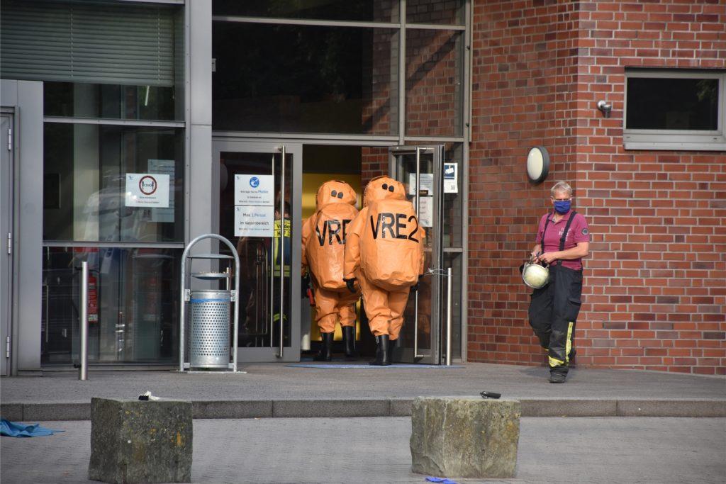 Die Feuerwehrleute rückten in schweren Vollschutzanzügen zu den rauchenden Chemikalien vor.