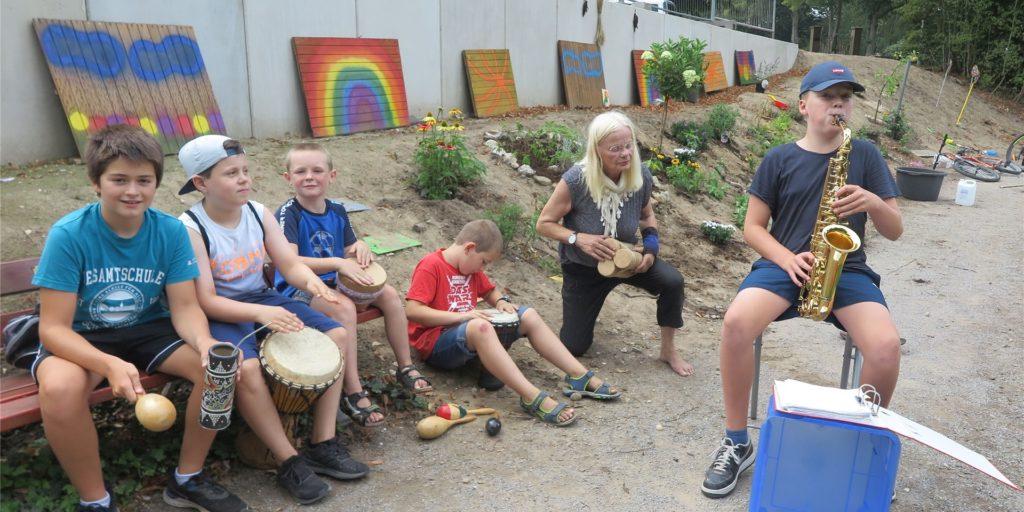 Bei einer mehrstündigen Pflanz- und Spielaktion wurde am vergangenen Samstag unter Leitung der Umwelt-Aktivistin Hildegard Daldrup auch gemeinsam musiziert.