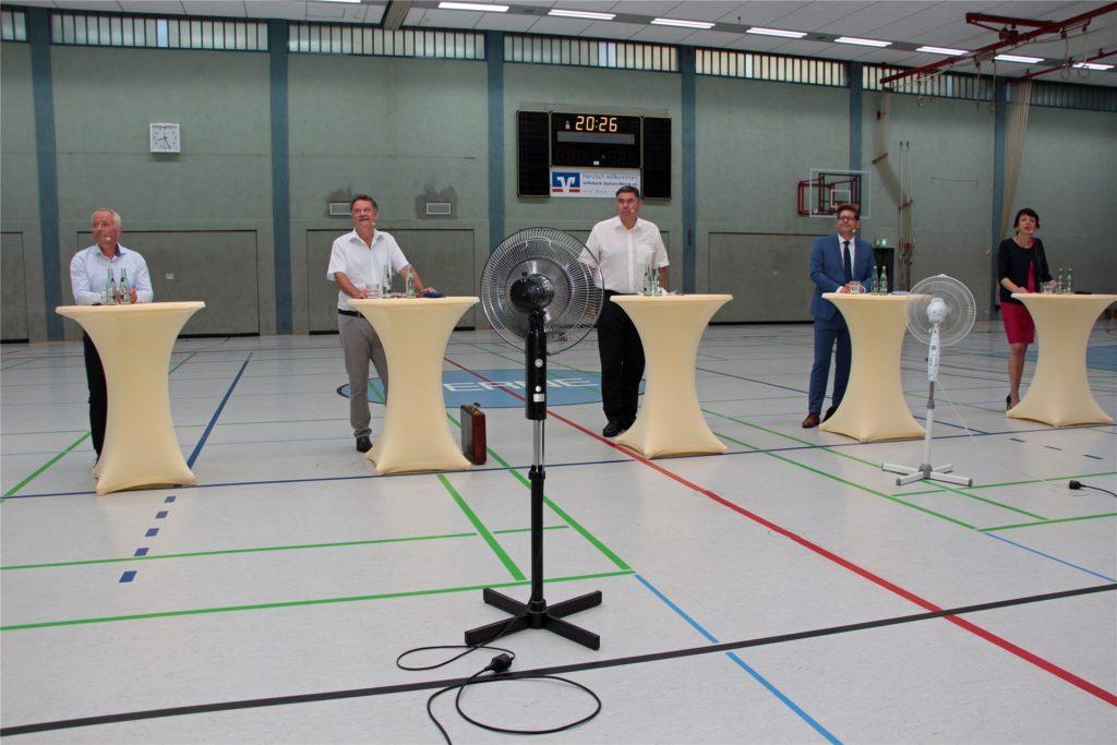 Es war warm in der Ballsporthalle am Mittwochabend. Ventilatoren kühlten die Debattierer, hier die Landrats-Kandidaten, etwas ab.