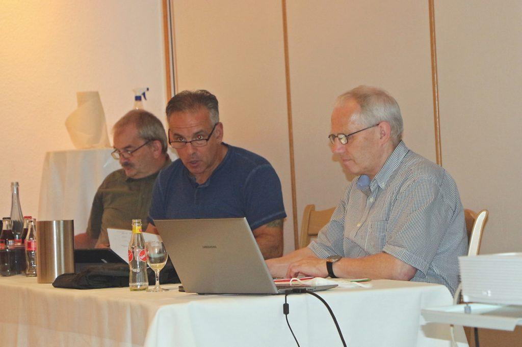 Paulo Goncalves, Vorsitzender des Kreisschiedsrichterausschusses (M.), appellierte noch einmal an die Vereine, noch mehr in die Förderung von Schiedsrichtern zu investieren. Der Schwund setze sich weiter fort.
