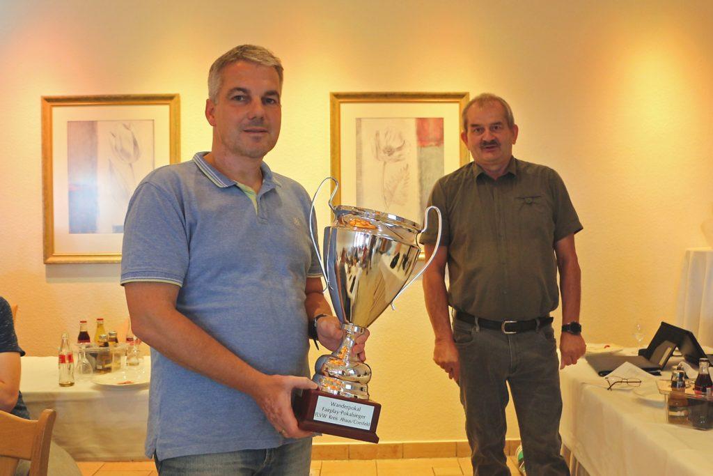 Markus Fleige, Geschäftsführer bei DJK Rödder (l.), konnte den Fair Play-Pokal gleich wieder mitnehmen. Dem Bericht von Staffelleiter Manfred Nieland zufolge war die DJK Rödder III die fairste Mannschaft 19/20.