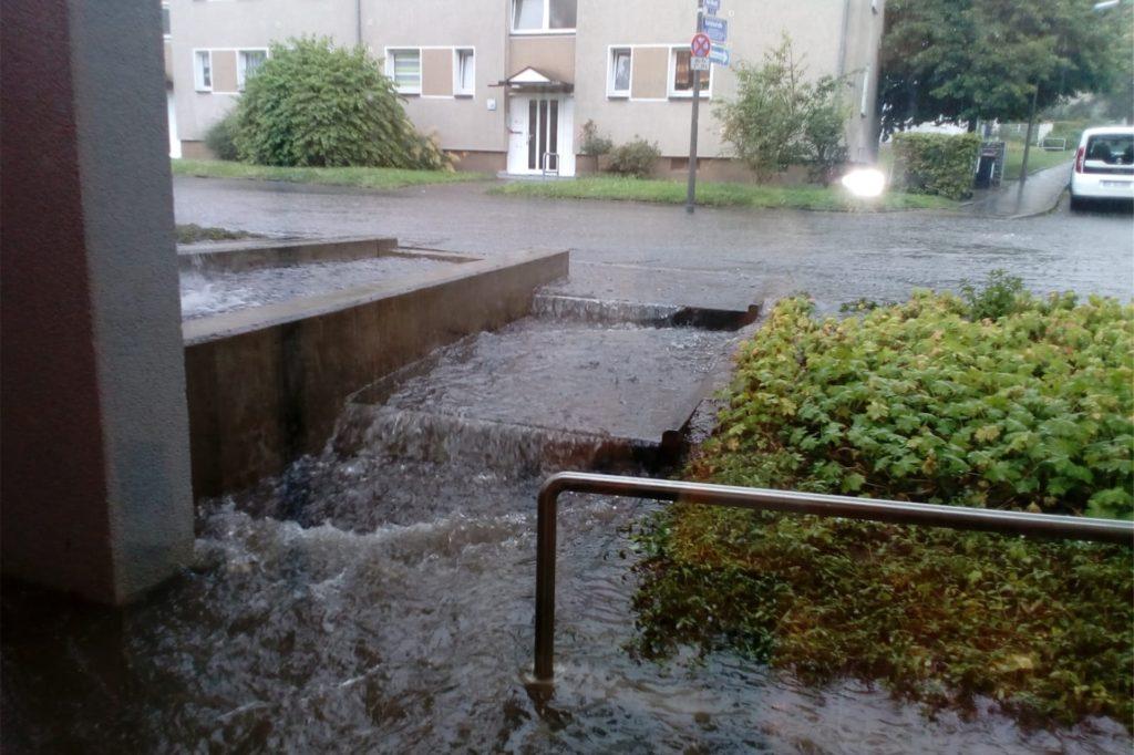 In Sturzbächen floss das Wasser der Straße Anfang Juli in die Kita Maulwurf. Dann ist dieses Bild entstanden. Auch am Wochenende (15./16. August) war der Stortsweg laut Sonja Jacobs wieder überflutet – doch dank der Sandsäcke blieb die Kita trocken.