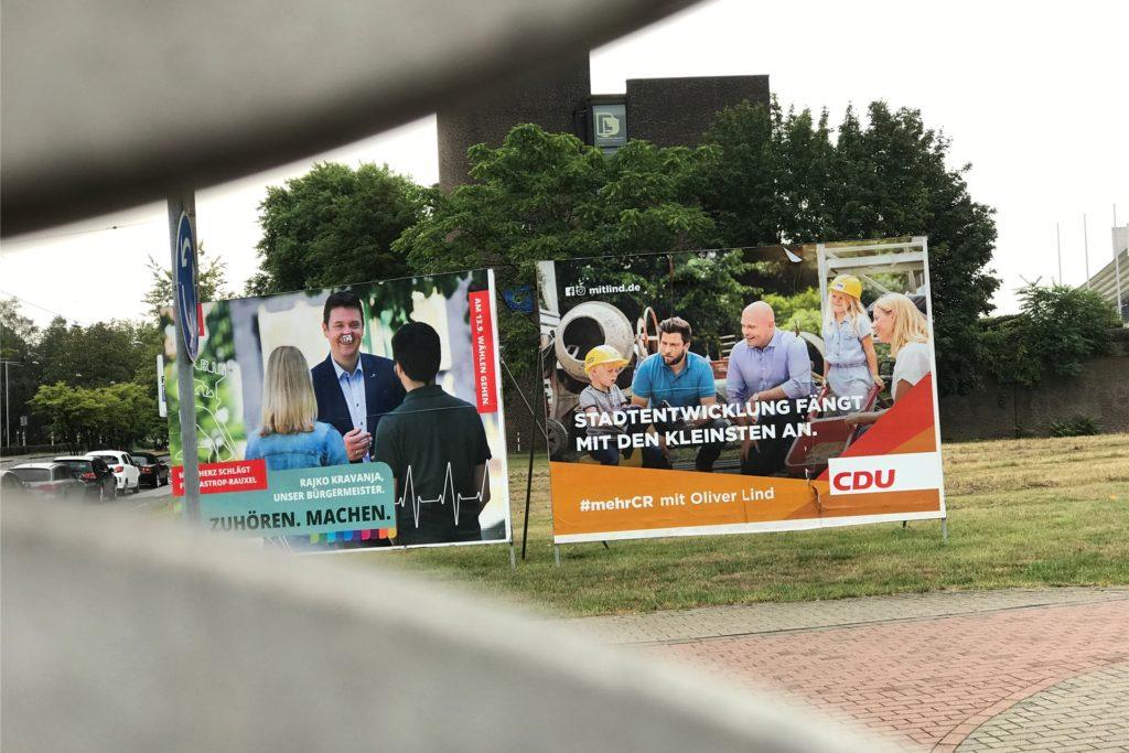 """Im Hintergrund ist das Rathaus zu erkennen, links die Straße Europaplatz. Dürfen die """"Wesselmänner"""", so nennt man die großen Plakate, hier stehen?"""