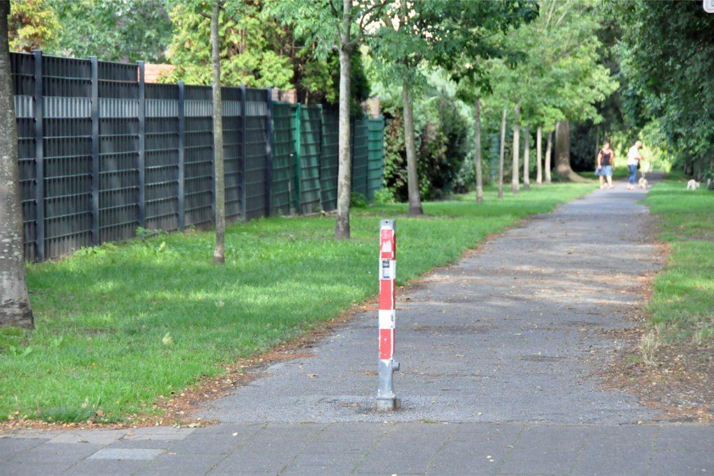 Neun Tage hat es gedauert, bis der Pfosten an der Seilbahntrasse wieder eingesetzt wurde, wie auf der gegenüberliegenden Straßenseite.