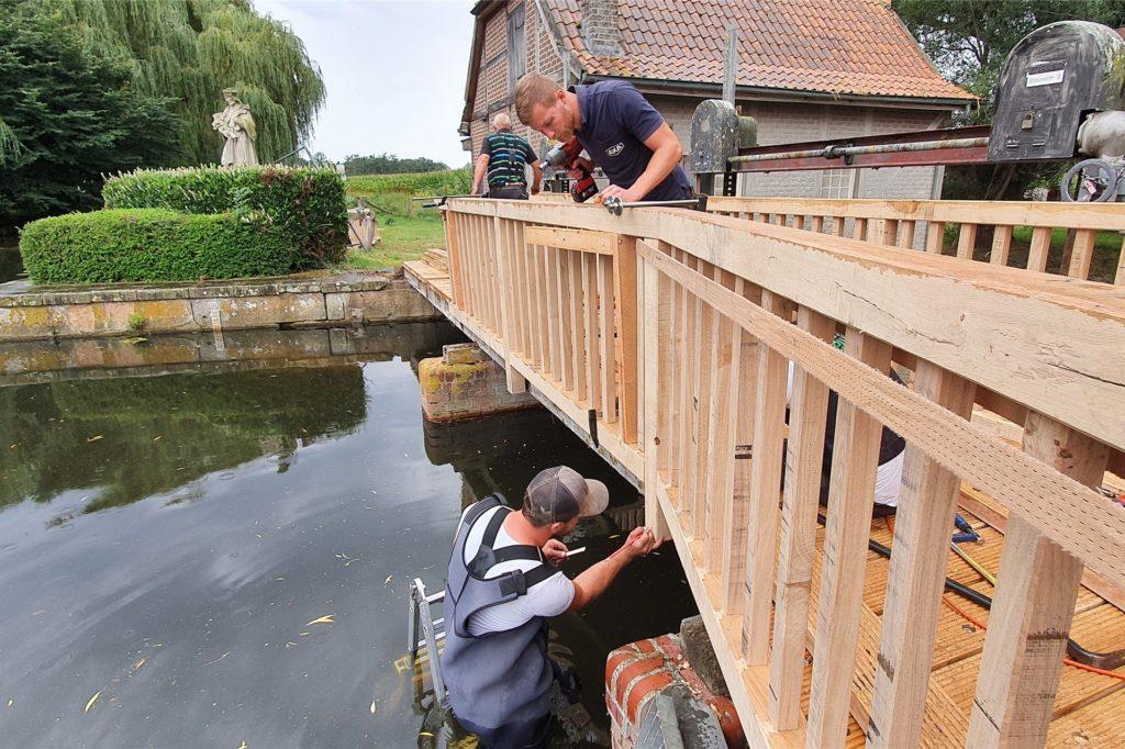 Für die Sanierungsarbeiten mussten die Mitarbeiter der Firma Hesuing sogar auf einer Leiter in die Dinkel steigen.