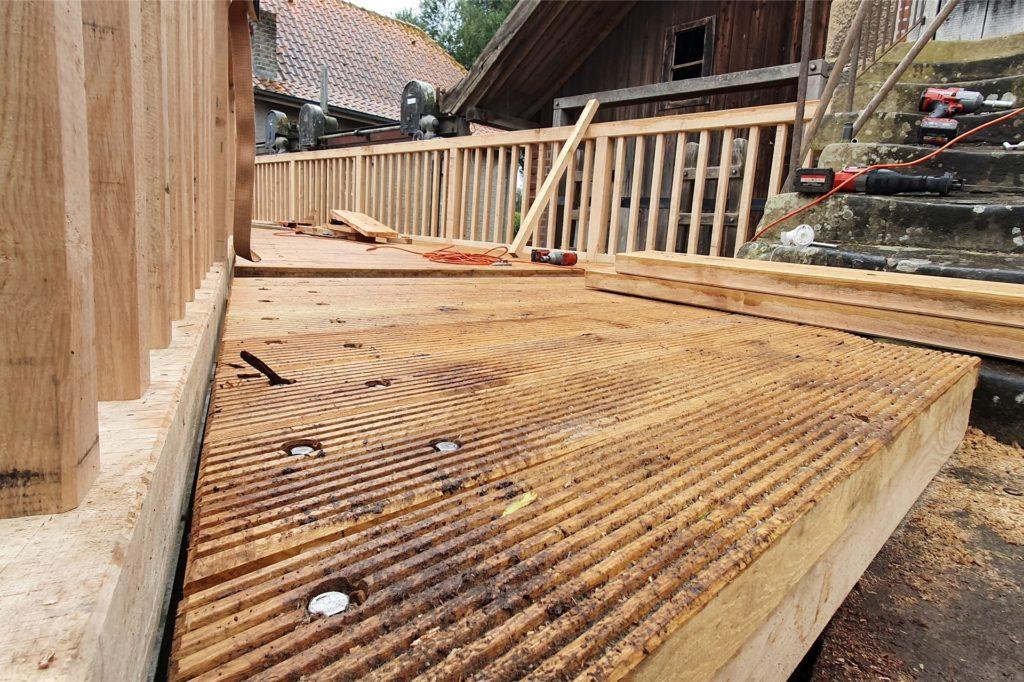 Rund zwei Tonnen Eichenholz wurden in der neuen Brücke verbaut.