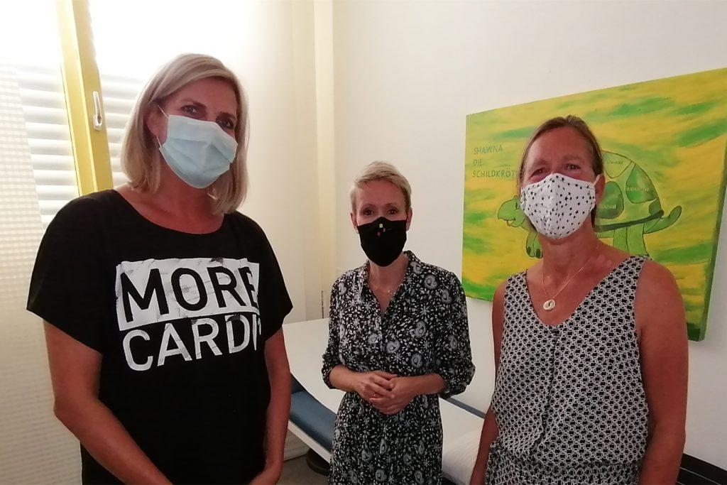 Der Erste-Hilfe-Raum ist eines von zwei Zimmern in der kleinen Gesundheitsstation am HHG. Silvia Untenbach, Schulleiterin Susanne Köhnen und Marita Schielke (von links) sehen in dem Pilotprojekt ein Plus an Sicherheit für Schüler, Eltern und Lehrer.