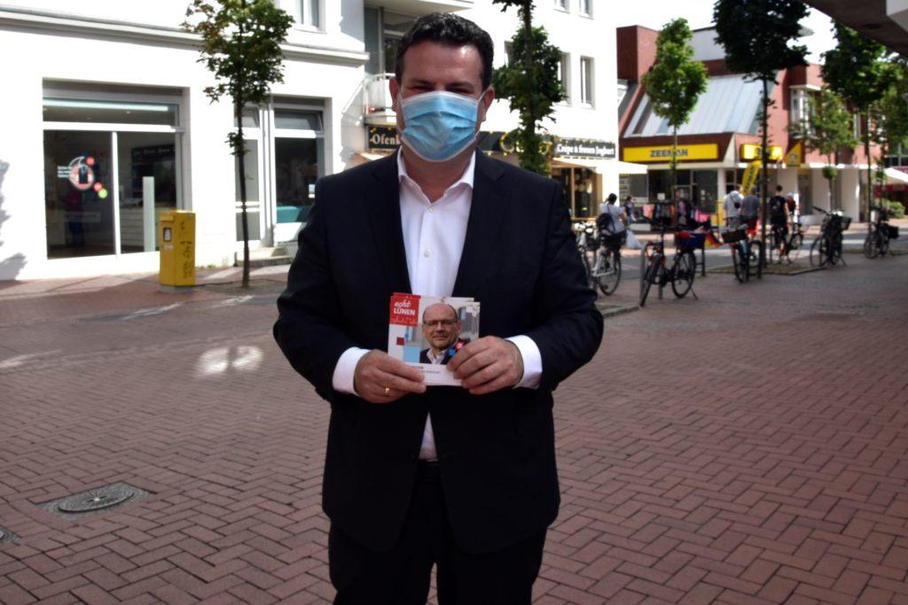 Unter der Schutzmaske war Bundesarbeitsminister für viele Passanten in der Lüner Fußgängerzone nicht sofort erkennbar: Hubertus Heil half der Lüner SPD am Samstag beim Wahlkampf.