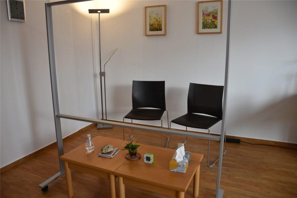 Trennwände aus Glas machen eine persönliche Paarberatung unter Corona-Bedingungen bei der Ehe-, Familien- und Lebensberatungsstelle in Dortmund möglich.