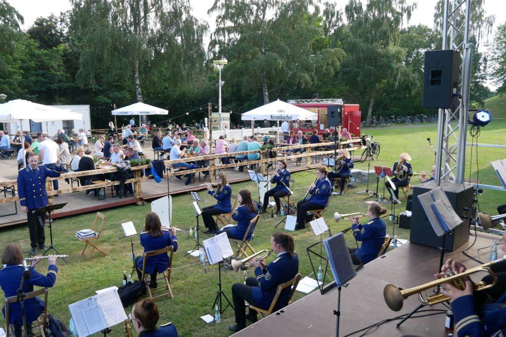 Im Biergarten im Losbergpark konnten die Wiesentaler zum ersten Mal seit Langem wieder mit zahlreichen Musikern gleichzeitig auftreten.