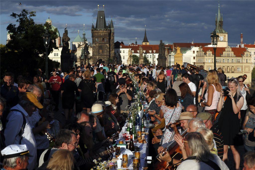 Die Prager feierten mit einer 500 Meter langen Tafel Ende Juni das Ende der Maskenpflicht.