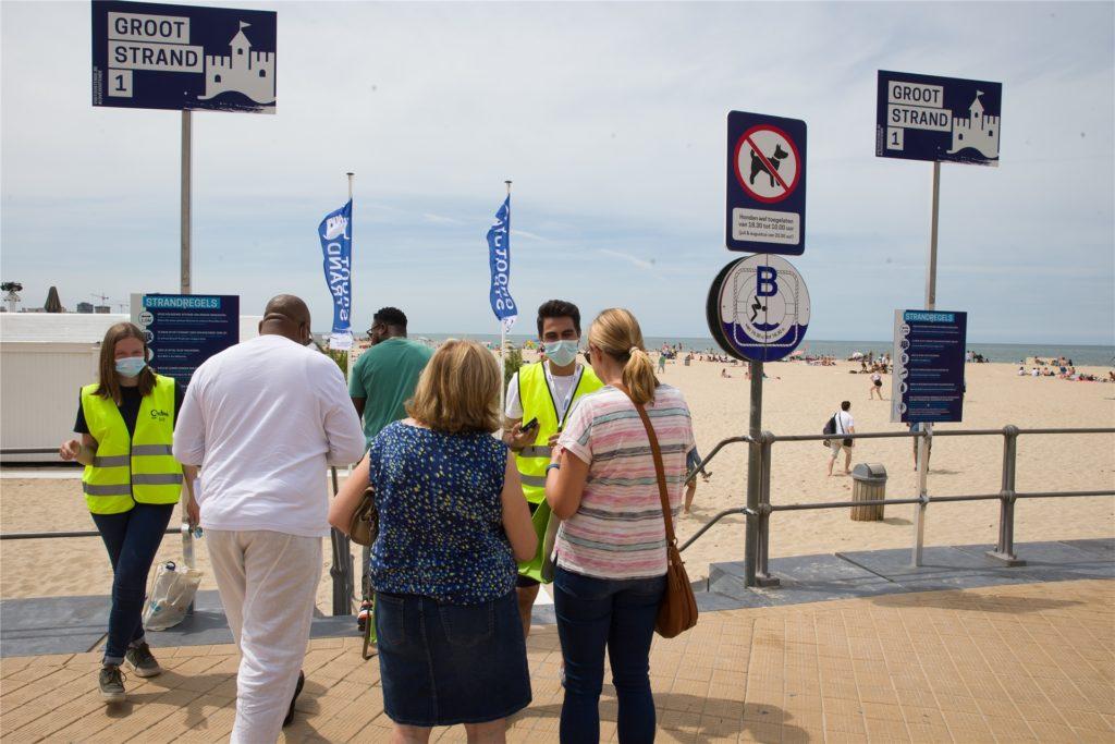 Besucher eines Strandes im belgischen Ostende müssen sich für einen Platz am Eingang registrieren lassen.