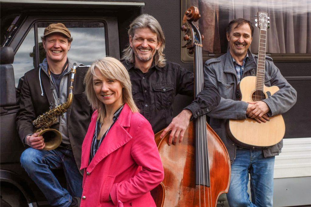 """""""Little Nork"""" mit Gonda Nobbe-Elsing unterstützen an diesem September-Abend nicht nur einiger der Musiker auf der Bühne, sie geben selbst gegen Ende eine Zugabe."""