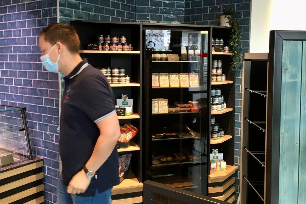 Isändischen Spezialitäten wie Lavasalz und handgemachte Schokolade werden zum Verkauf angeboten.