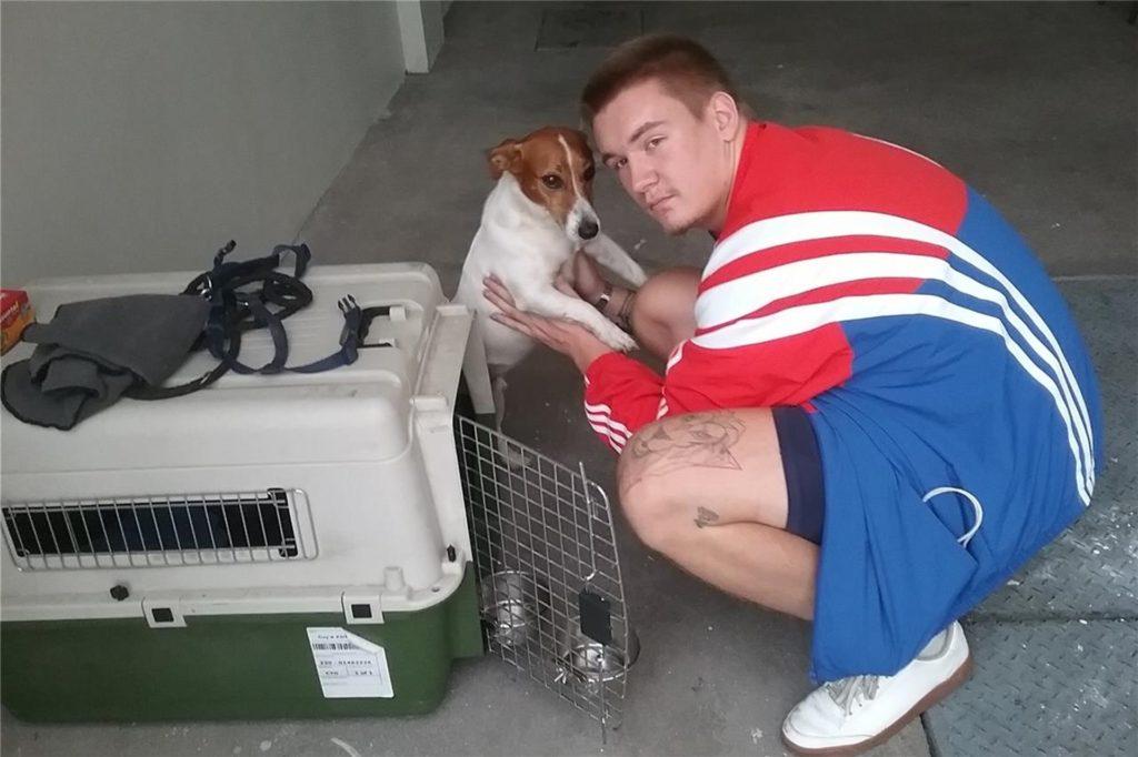Ohne Hoffnung auf ein schnelles Wiedersehen verabschiedet sich Amadeus Barrenbrügge von Hund Snoopy.
