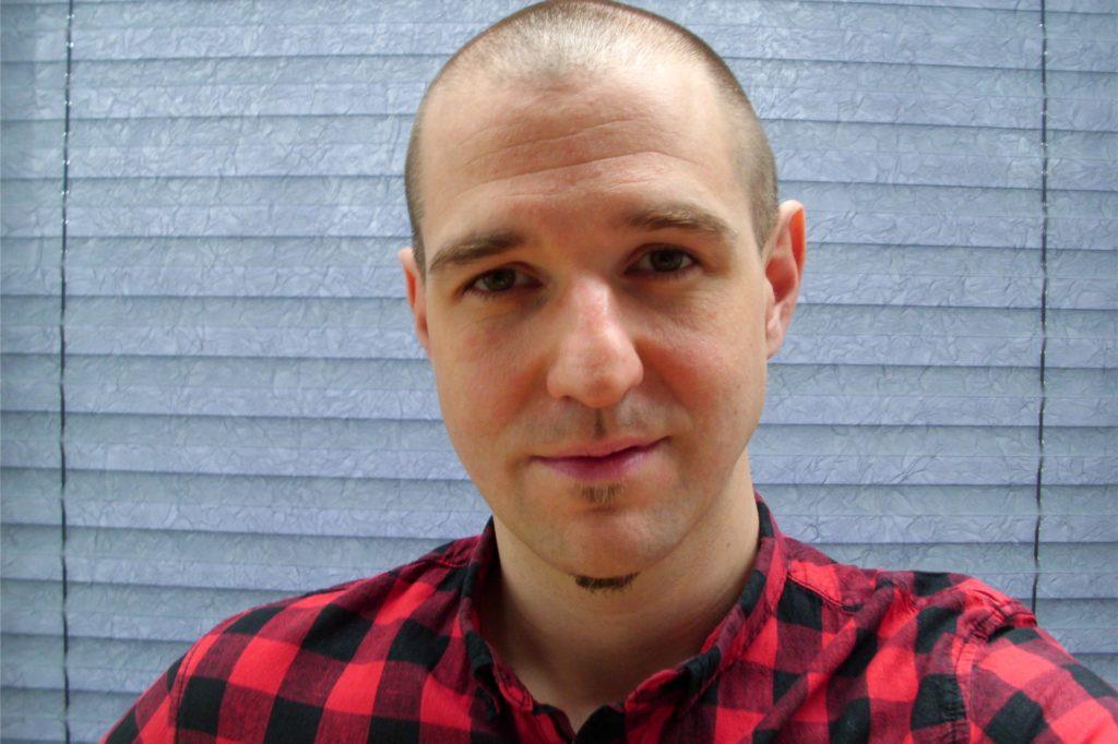 Der Medienkünstler und Medienpädagoge Daniel Schlep befürchtet, dass Schulen zu stark von Großkonzernen abhängig werden könnten.