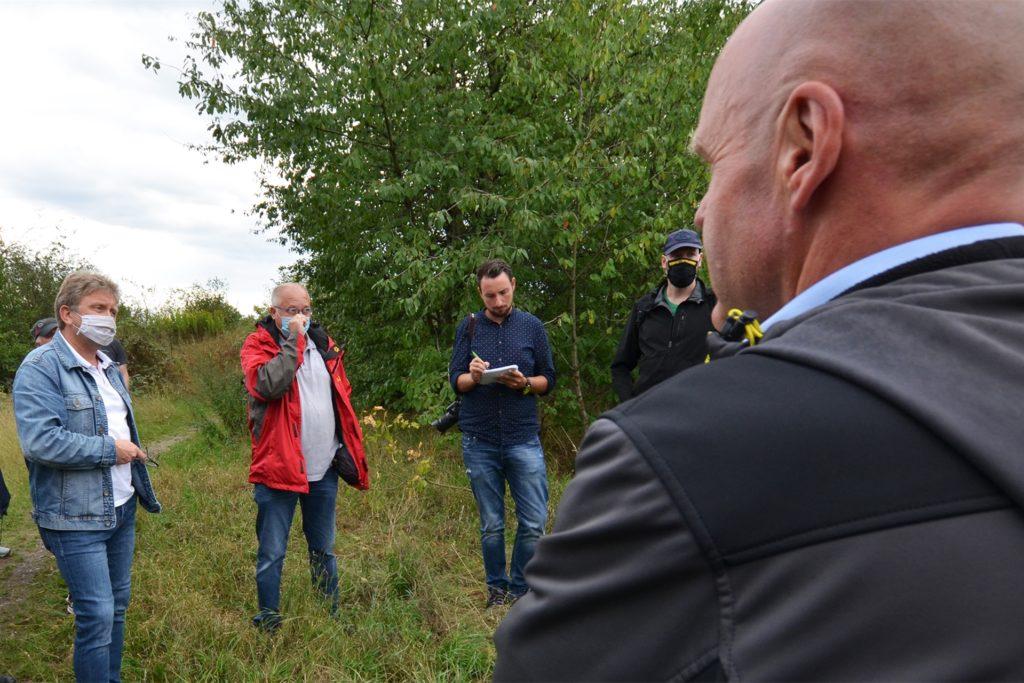 Der Mengeder Ratsvertreter Torsten Heymann (SPD, re.) und seine Parteigenossen aus Waltrop, die Ratsherren Frank Kwiatkowski (l.) und Detlev Dick (2.v.l.), lieferten sich ein intensives Wortgefecht.
