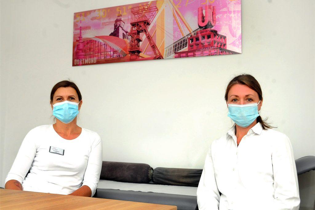 Die Bilder an den Sprechzimmer-Wänden zeigen, wie verwurzelt die Ärztinnen Beate Bressen (l.) und Marina Justus (r.) im Ruhrgebiet sind.