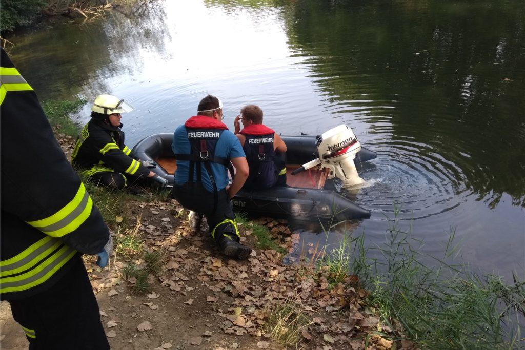 Der Löschzug Stockum rückte mit drei Fahrzeugen und einem Boot zur Einsatzstelle an der Lippe aus.
