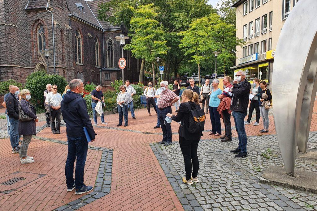 Interessierte Bürger beim Planungsspaziergang in der Altstadt. Hier ging es unter anderem um die Querung des Biesenkamps.