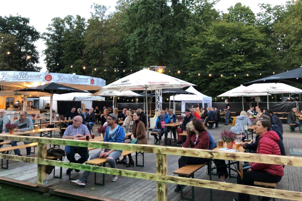 Weit über hundert Besucher genossen am Samstagabend die Biergartenatmosphäre mit Jazzmusik.