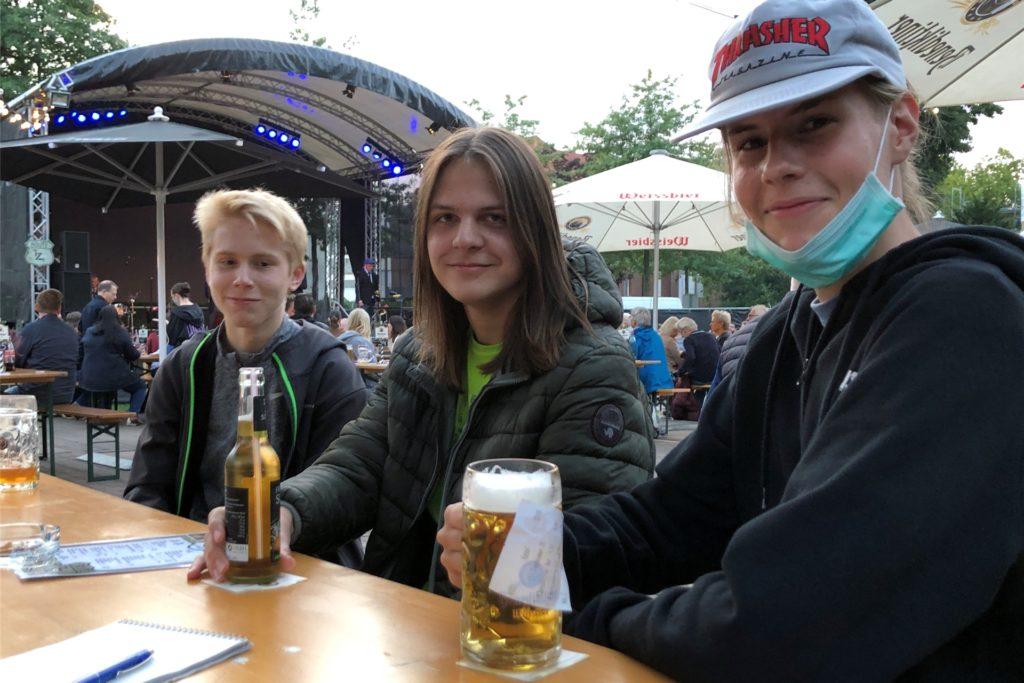 Sind wegen der Musik im Biergarten: Jakob Wolf, Aaron Dönnebrink und Ivo Groen.
