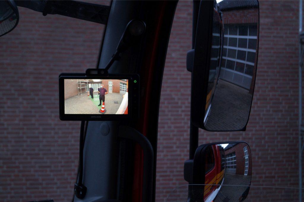 Das Kamerabild zeigt, was die Außenspiegel nicht zeigen: Hindernisse im toten Winkel.