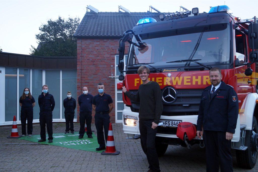 Die Selmer Feuerwehr ist nun mit Abbiegeassistenten unterwegs. Der stellvertretende Wehrführer Markus Groppe (r.) sowie Johannes Wüllhorst zeigen, wie groß der tote Winkel bei dem Fahrzeug ist.
