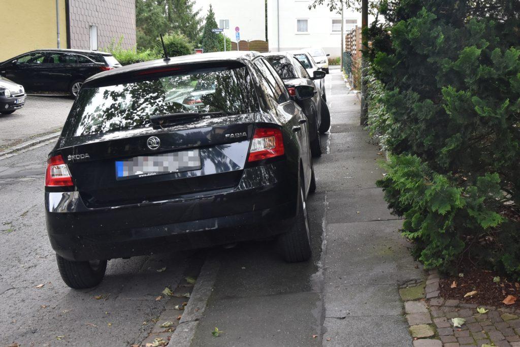 Auf dem Gehweg parkende Autos zwingen Rollatorfahrer auf die Straße auszuweichen.