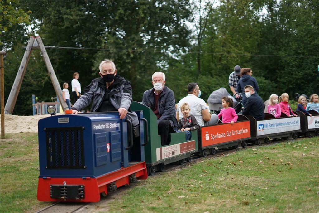 An die Masken mussten sich die Eisenbahnfreunde erst gewöhnen. Mittlerweile werden sie aber von allen gut angenommen.