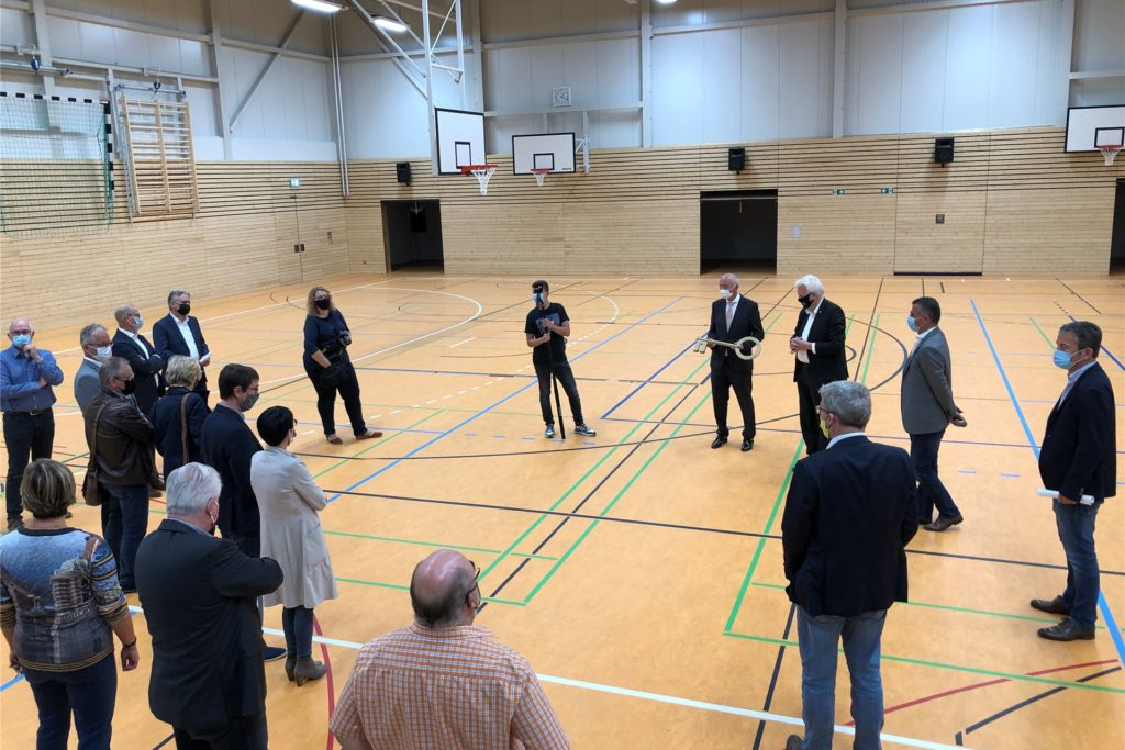 Vertreter aus Politik, Verwaltung und Schule inspizierten am Mittwoch die neue Dreifachsporthalle an der Haferfeldstraße