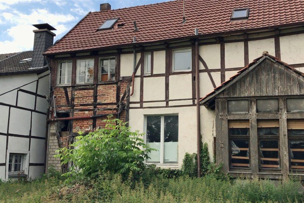Das verwahrloste Haus an der Südmauer ist auch Bulinski ein Dorn im Auge.