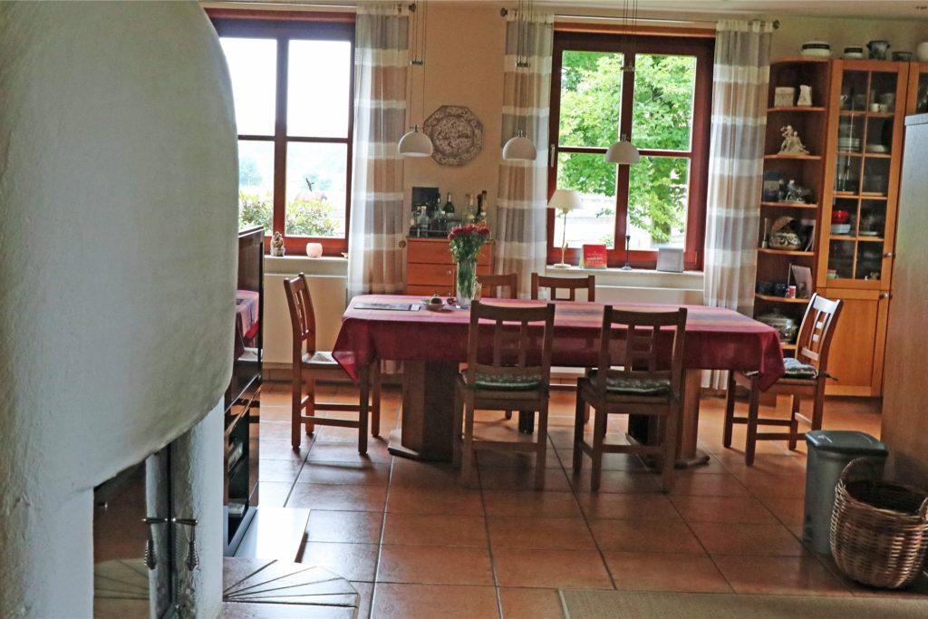 Der großzügige Wohnbereich mit Kamin mündet in den offenen Küchenbereich.
