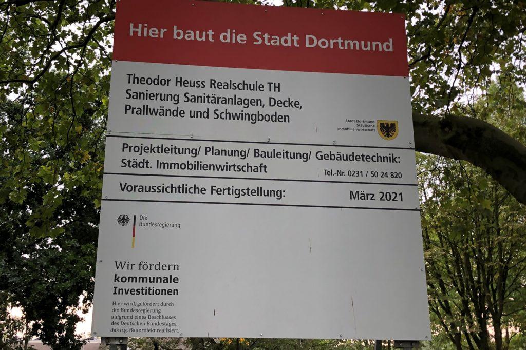 Ein Bauschild vor der Schule weist darauf hin: Hier baut die Stadt Dortmund. Konkret geht es um die  Sanierung der sanitären Einrichtungen in der Sporthalle