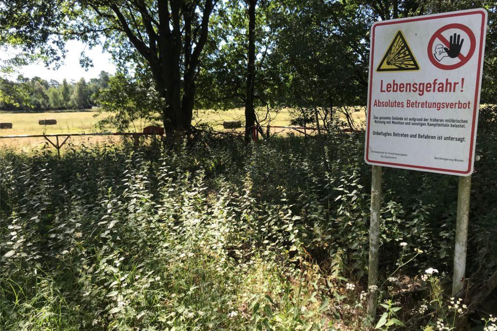 Abseits der ehemaligen Panzerstraße ist das Betreten des ehemaligen Truppenübungsplatzes verboten.