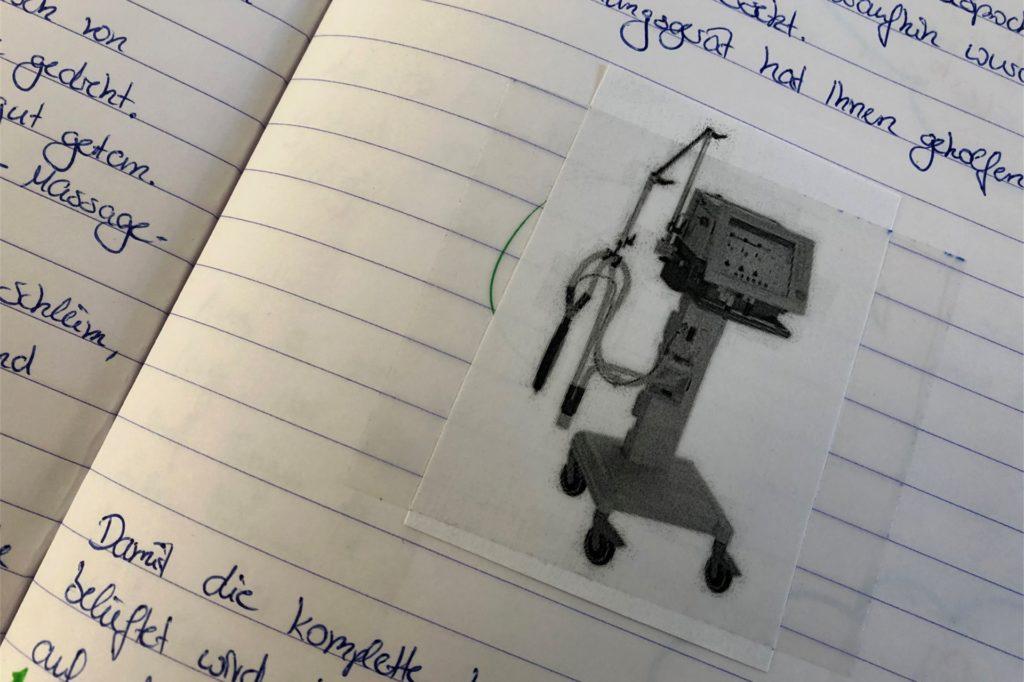 Das Pflegeteam des Ahauser Krankenhauses hat ein Tagebuch für Stephan Floris geführt, in dem auch Skizzen und Fotos enthalten sind. Die Behandlungsschritte und später die Fortschritte wurden so festgehalten. Der Alstätter fühlte sich im Ahauser Krankenhaus sehr gut aufgehoben und lobt das Personal ausdrücklich.